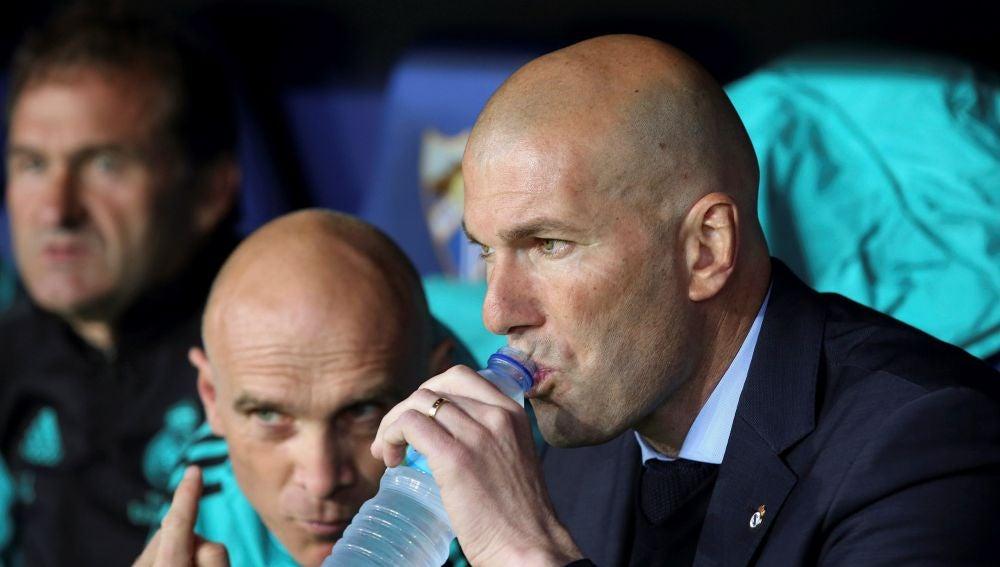 Zidane, en el banquillo de La Rosaleda