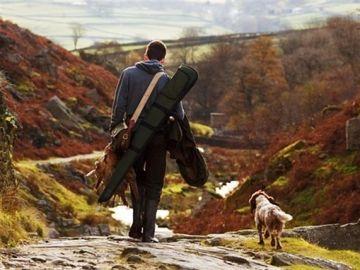 Imagen de archivo de un cazador junto a su perro