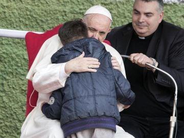 El papa consolando a un niño