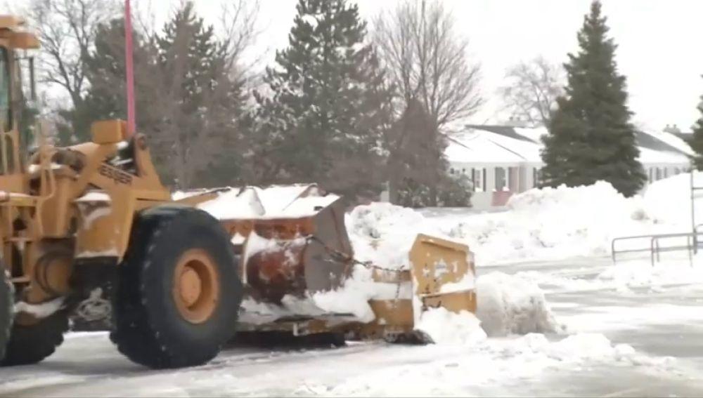Imagen de una excavadora quitando nieve en EEUU