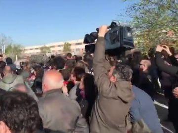 Familiares y amigos reciben entre aplausos a los acusados de Alsasua