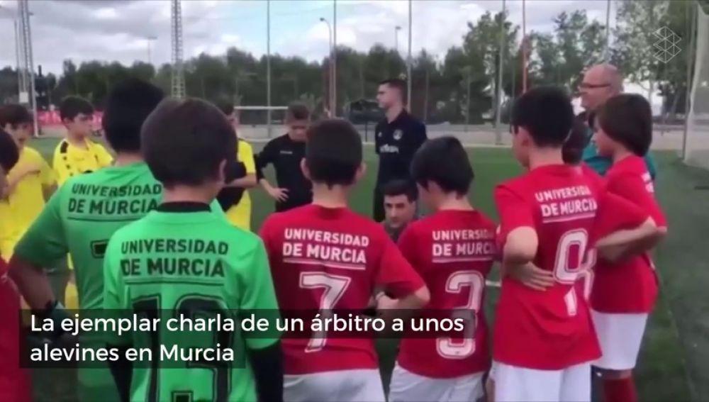La ejemplar charla de un árbitro a unos alevines que maravilla al mundo del fútbol