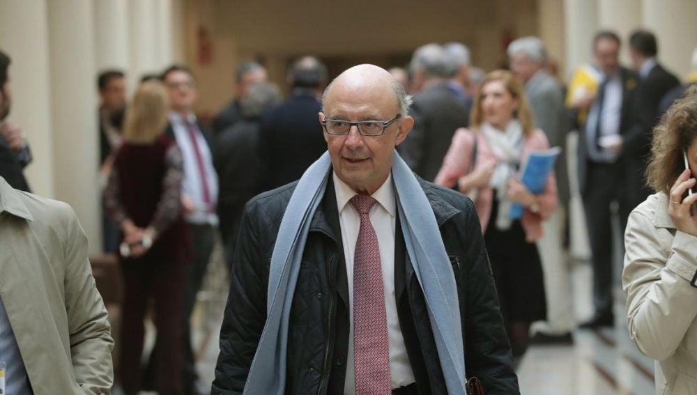 Imagen de Cristóbal Montoro en los pasillos del Senado