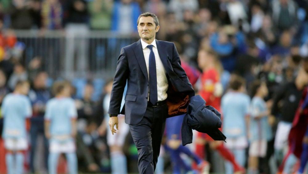 Valverde camina por el césped de Balaídos