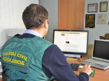 Un agente de la Guardia Civil trabaja en una operación contra la pornografía infantil