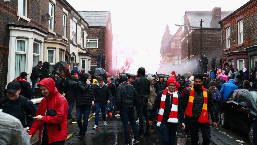 Aficionados del Liverpool reciben al equipo