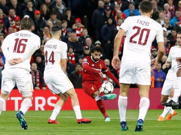 El disparo de Mohamed Salah ante la Roma en Anfield