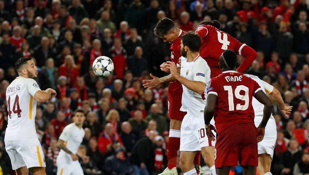 Firmino remata de cabeza el que sería el 5-0 del Liverpool