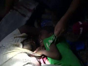 Un niño yemení se aferra al cuerpo sin vida de su padre