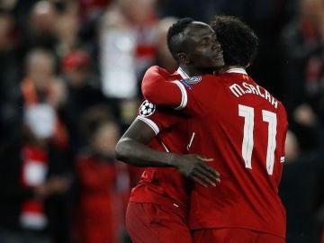 Mané celebra su gol con Salah