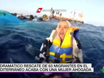 El dramático rescate de 63 migrantes en el Mediterráneo que acaba con una mujer ahogada