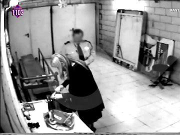 Así podría haber sido la surrealista conversación de Cristina Cifuentes con el vigilante de seguridad