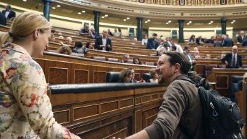 El líder de Podemos, Pablo Iglesias, saluda a la diputada del PSOE, Zaida Cantera