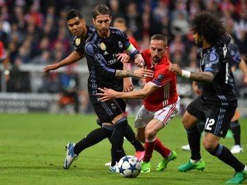 Sergio Ramos disputa un balón con Ribéry en el Allianz Arena