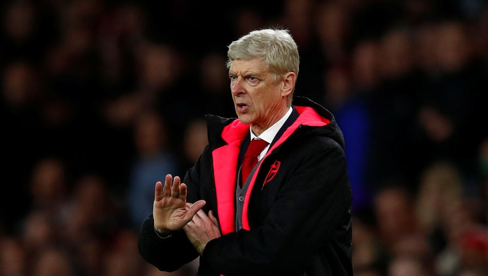 Arsene Wenger da instrucciones a sus jugadores desde la banda