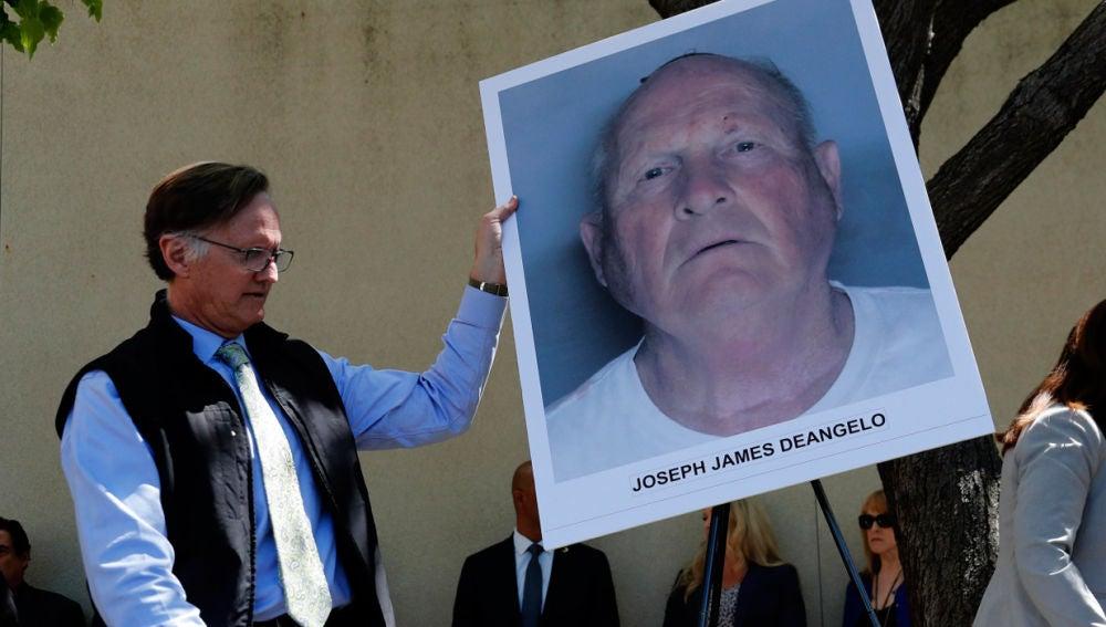 Un agente de policía con la foto de Joseph James DeAngelo