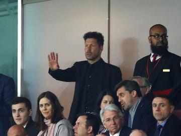 Simeone, en la grada del Emirates tras ser expulsado