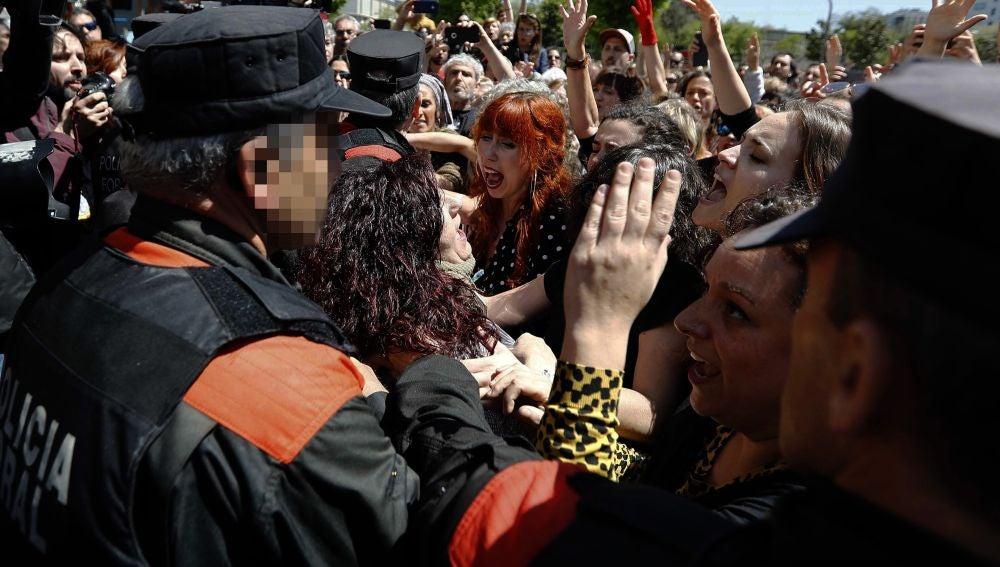 Imagen de las afueras de la Audiencia de Navarra tras conocerse la sentencia de La Manada