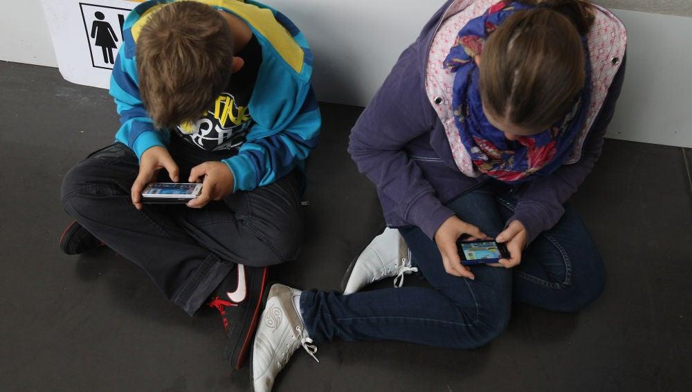 Menores utilizando el móvil