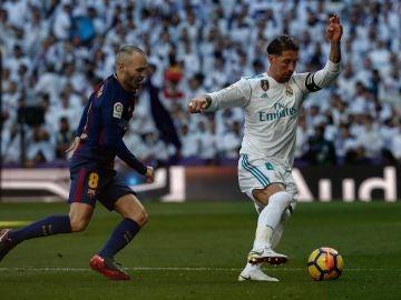 Iniesta y Sergio Ramos, durante un Clásico entre Barça y Madrid