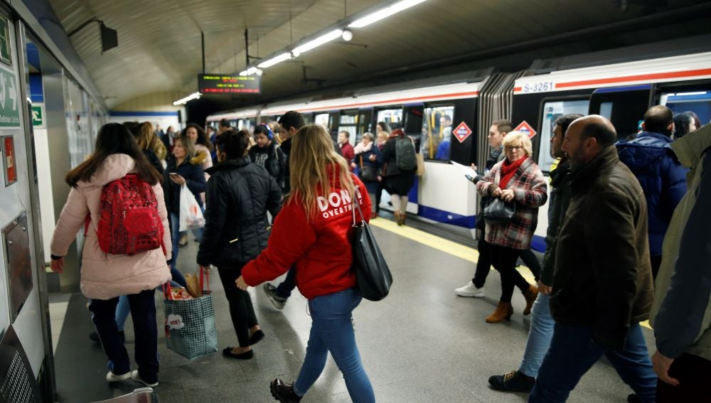 Varias personas salen de los vagones del metro de Madrid (Archivo)