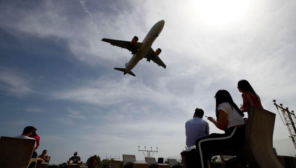 Un avión de Vueling aterriza en el Aeropuerto de Barcelona-El Prat