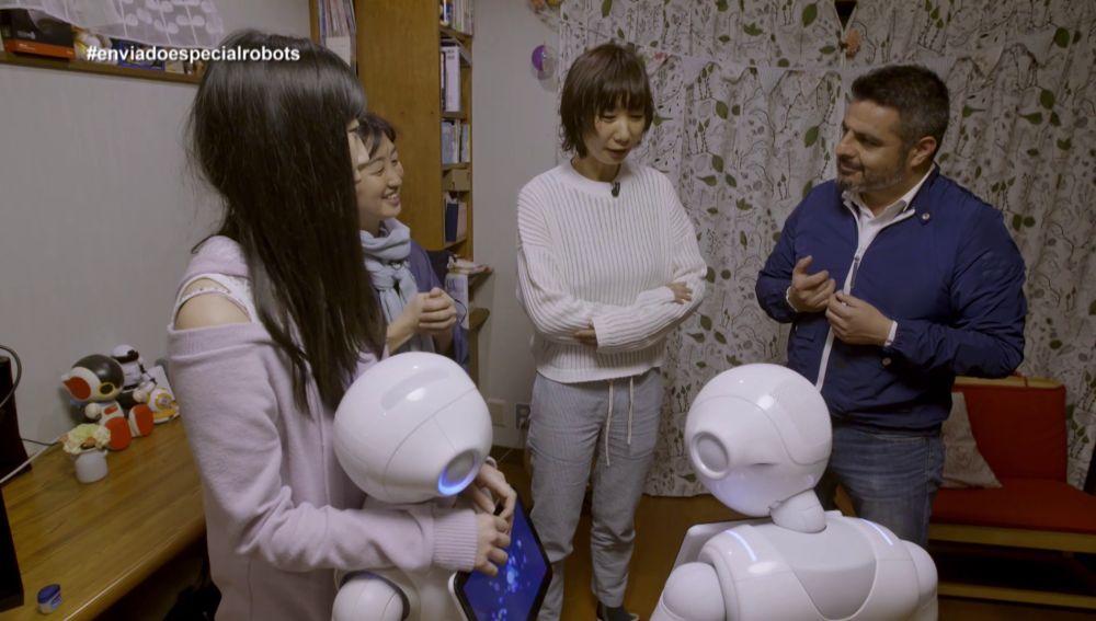 Jalis de laSerna habla con varias japonesas, Enviado especial