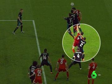 Carvajal agarra a Lewandowski dentro del área