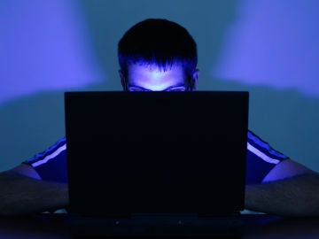 Una persona con el ordenador