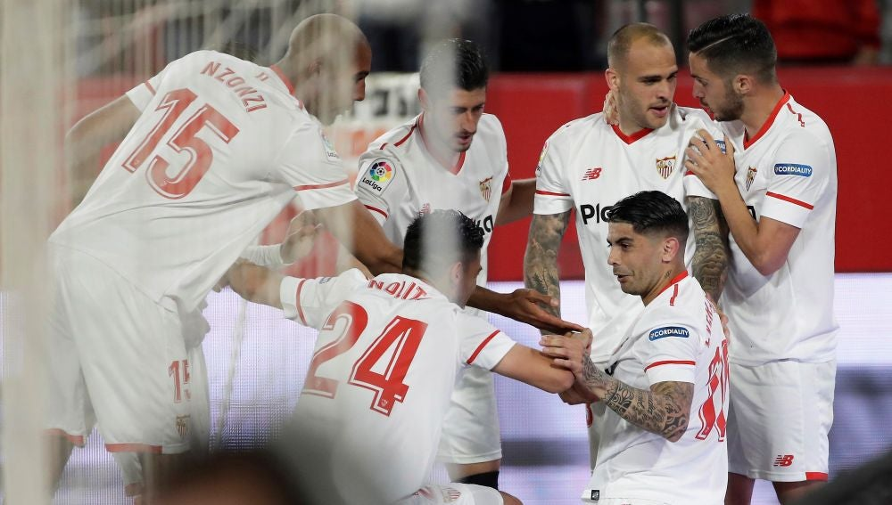 Los jugadores del Sevilla celebran con Banega su gol contra la Real Sociedad