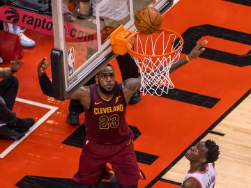 LeBron James, en acción ante los Raptors