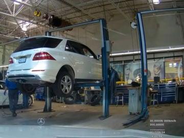 Deja su coche en un taller con la cámara encendida y alucina con lo que hacen los mecánicos con él