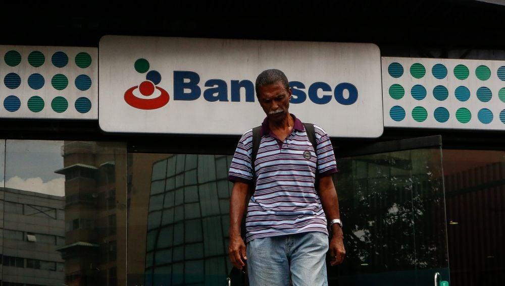 Usuarios acuden a una sede del banco Banesco