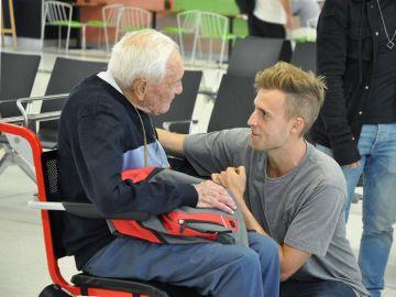 El científico australiano David Goodall se despide de su nieto en el aeropuerto de Perth