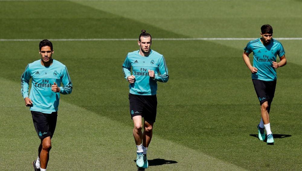 Varane, Bale y Asensio, entrenando con el Real Madrid