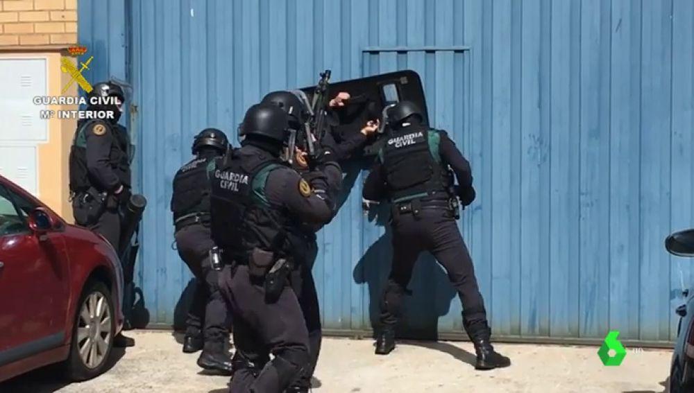 La Policía Nacional detiene a un padre y su hijo en Cádiz tras localizar un zulo con droga e incautar 1.050 kilos de hachís