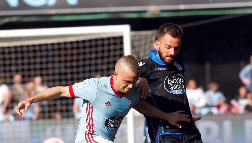 Lobotka y Colak disputan la posesión del balón