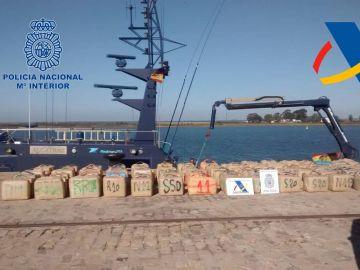Fotografía de archivo de más de 6.000 kilos de hachís en las costsa de Huelva