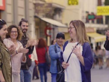 Frame del vídeo que pide hacer un pasillo a las madres por su día