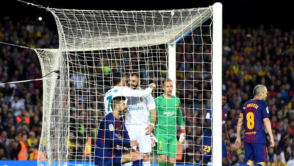 Cristiano Ronaldo y Benzema se abrazan tras el gol del portugués en el Camp Nou