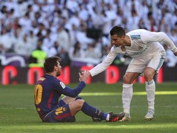 Cristiano Ronaldo ayuda a Messi a levantarse