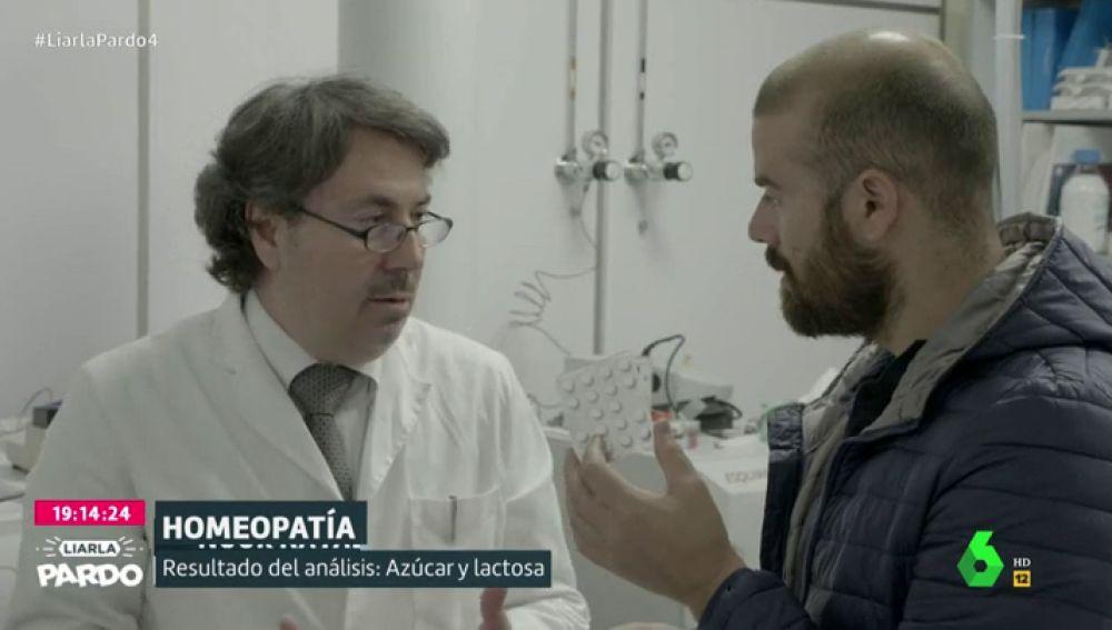 Ricardo Pardo junto a un científico