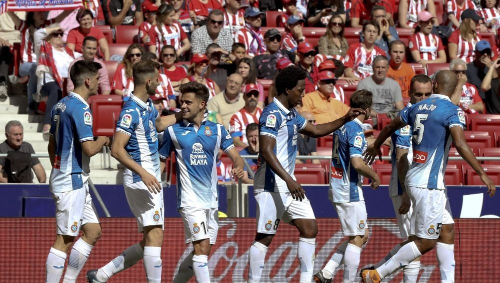 Los jugadores del Espanyol celebran su gol contra el Atlético de Madrid