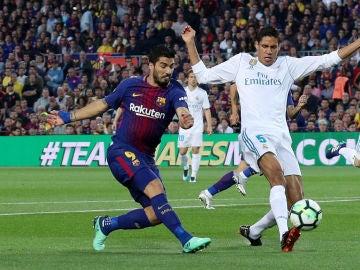 Suarez y Varane disputando un balón