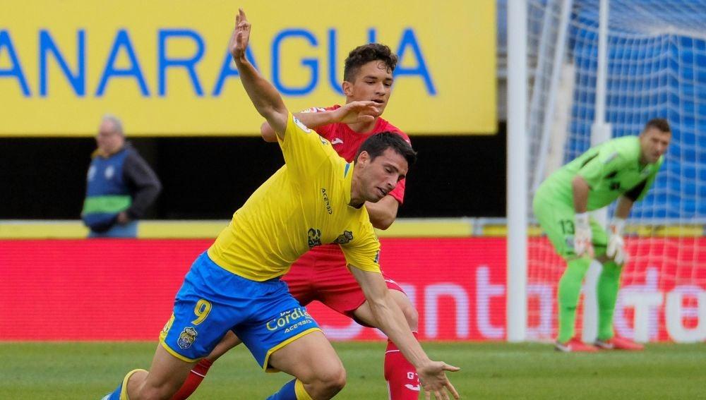 Calleri y David Alba pugnan por la posesión del balón