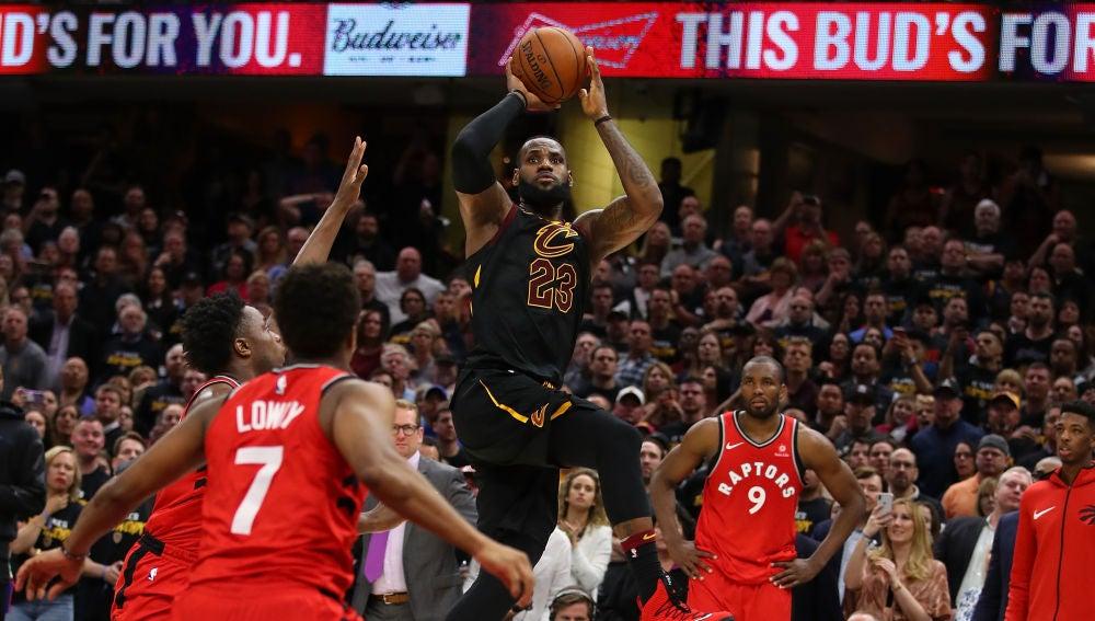 La canasta de LeBron James para dar el triunfo a los Cavaliers contra los Raptors