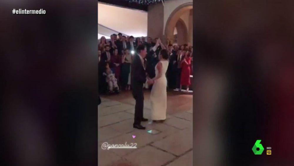 Ignacio González bailando en la boda de su hija