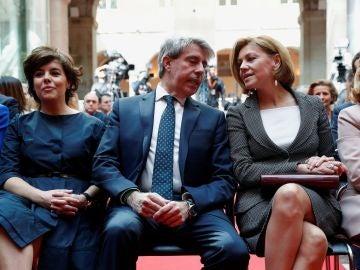 El presidente de funciones de la Comunidad de Madrid, Ángel Garrido, junto a Saénz de Santamaría y Cospedal