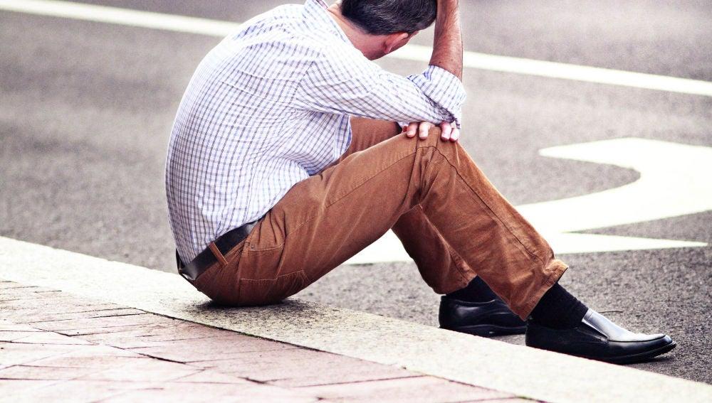 Un hombre sentado en la calle