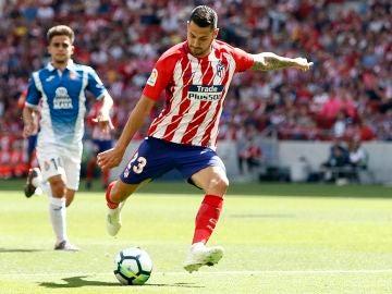 Vitolo dispara a portería en el partido ante el Espanyol